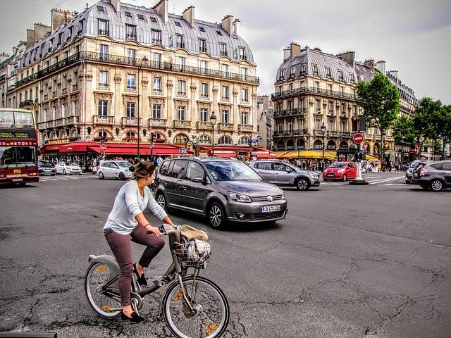 paris, lieu-saint-michel, scène de rue